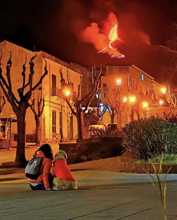 Monte Etna ilumina noites na Itália com explosões e fontes de lava