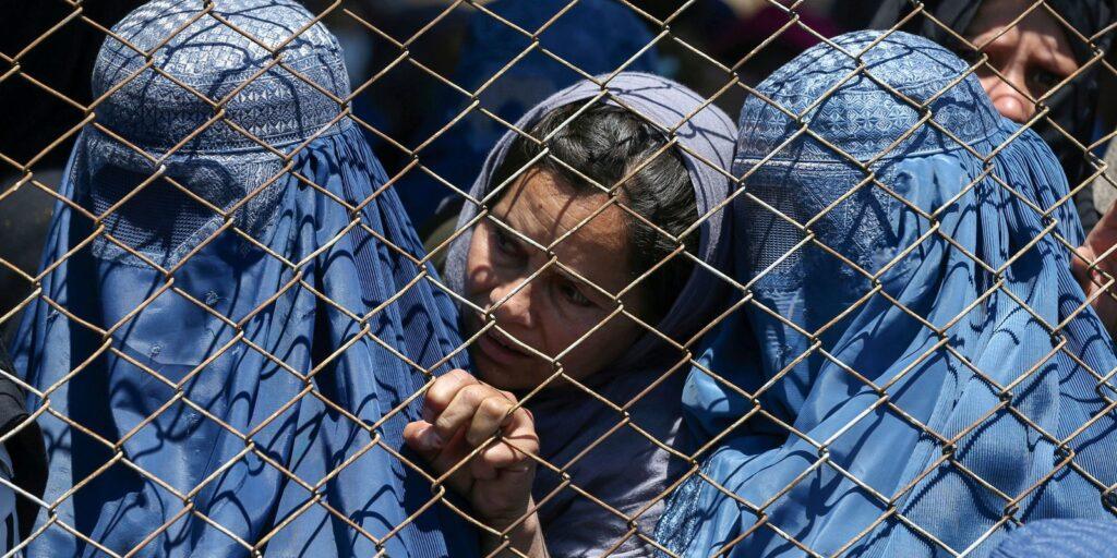 Afeganistão: instituições denunciam violação dos direito das mulheres