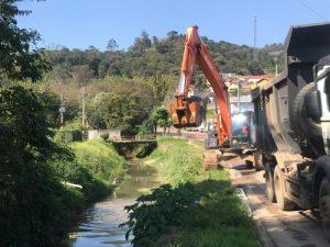 Prefeitura inicia cronograma de limpeza e desassoreamento dos rios de São Roque