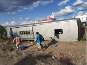 Acidente com ônibus que transportava religiosos de Araçariguama deixa mortos e feridos na BR-116